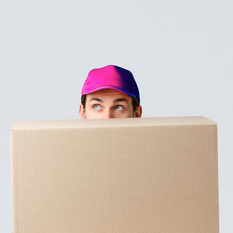 livreur derrière carton